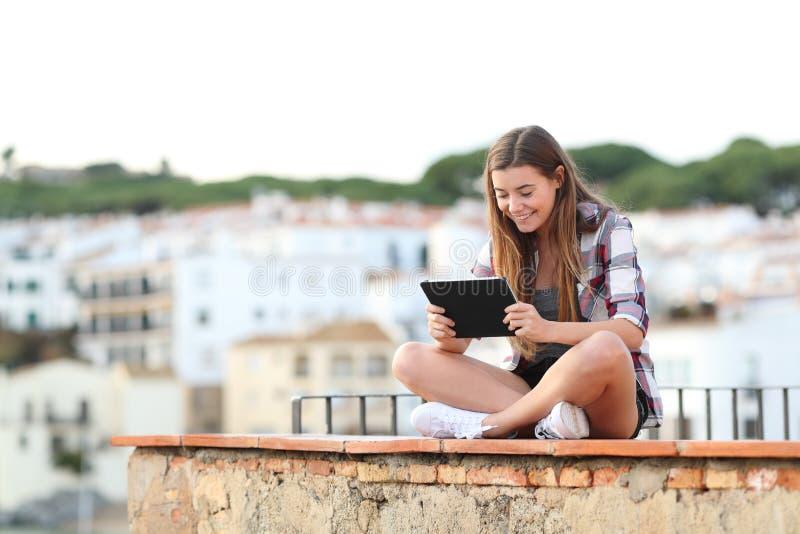 Ευτυχή εφηβικά θηλυκά μέσα προσοχής στην ταμπλέτα στοκ φωτογραφίες