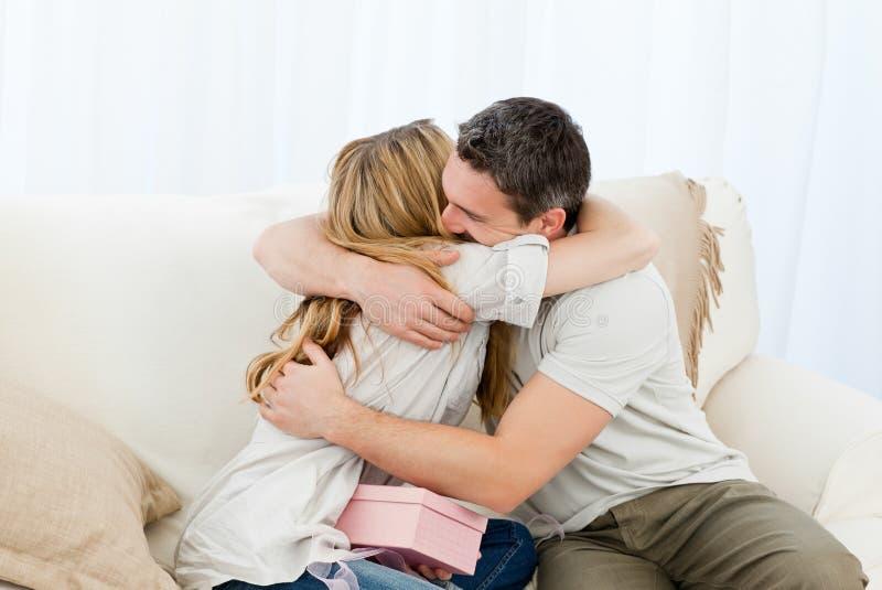 ευτυχή ζευγάρια αγκαλ&iot στοκ εικόνα με δικαίωμα ελεύθερης χρήσης