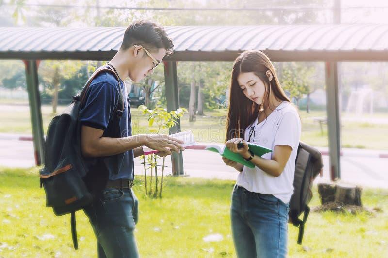 Ευτυχή ζεύγη σπουδαστών μαζί στο πανεπιστήμιο στοκ φωτογραφία