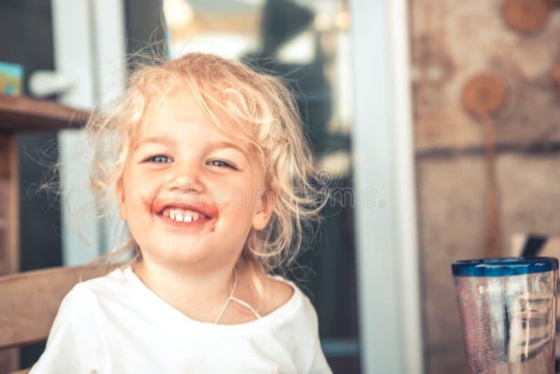 Ευτυχή κακά παιδιά που έχουν τον ξένοιαστο τρόπο ζωής παιδικής ηλικίας διασκέδασης στοκ φωτογραφία