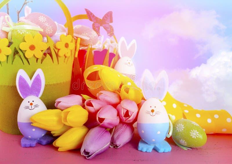 Ευτυχή καλάθια κυνηγιού αυγών Πάσχας με τα αυγά λαγουδάκι στοκ εικόνα