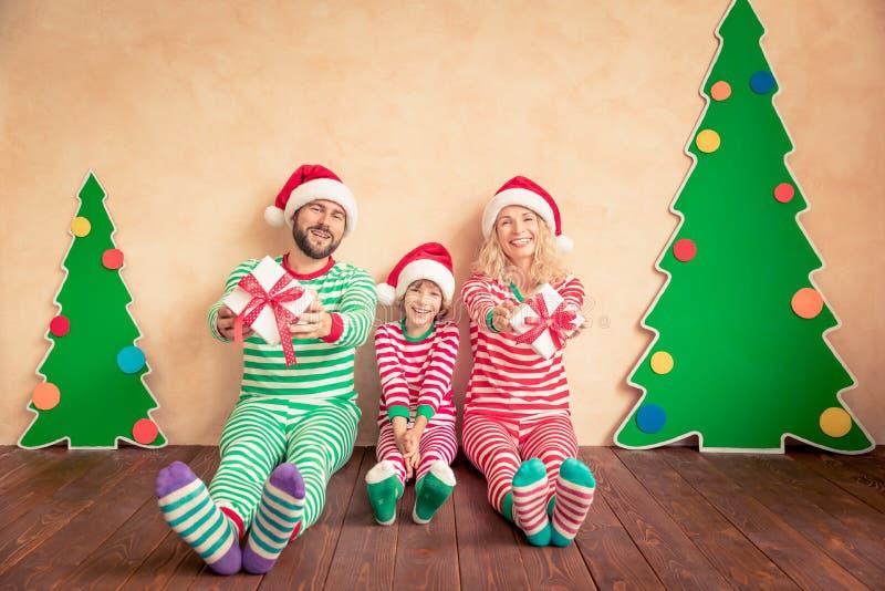 Ευτυχή κιβώτια δώρων Χριστουγέννων οικογενειακής εκμετάλλευσης στοκ εικόνα με δικαίωμα ελεύθερης χρήσης