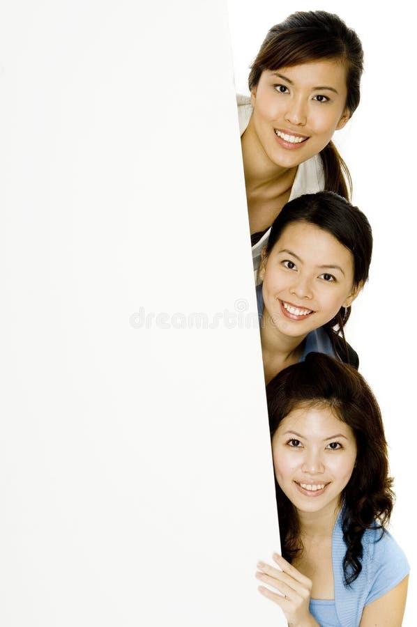 Ευτυχή κορίτσια και σημάδι στοκ φωτογραφία με δικαίωμα ελεύθερης χρήσης