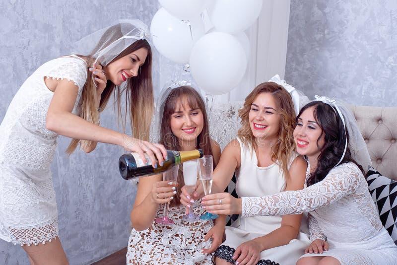 Ευτυχή κορίτσια που έχουν τη διασκέδαση, πίνοντας τη σαμπάνια, κότα-κόμμα στοκ εικόνες