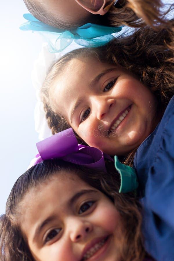 Ευτυχή κορίτσια που παίρνουν ένα selfie στοκ φωτογραφία