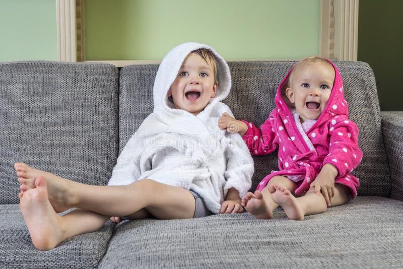 Ευτυχή μικρά παιδιά μετά από το χρόνο λουτρών στοκ εικόνα με δικαίωμα ελεύθερης χρήσης