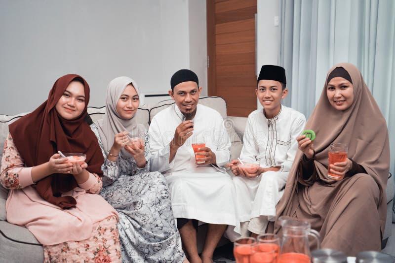 Ευτυχή μουσουλμανικά έχοντας το γεύμα σπάζει στο σπίτι τη νηστεία σε ramadan στοκ εικόνα με δικαίωμα ελεύθερης χρήσης