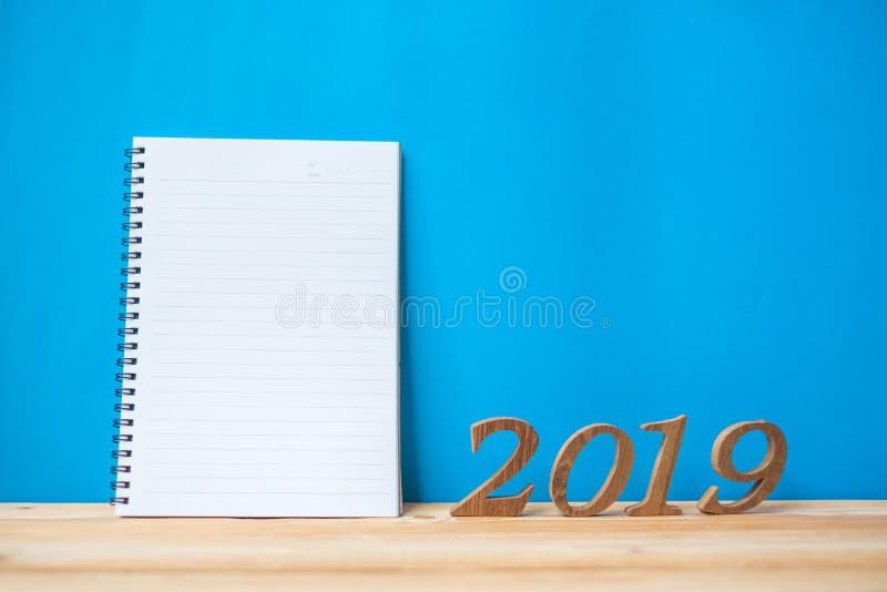 2019 ευτυχή νέα έτη με το σημειωματάριο και ξύλινος αριθμός στο διάστημα πινάκων και αντιγράφων στοκ φωτογραφία με δικαίωμα ελεύθερης χρήσης
