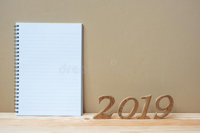 2019 ευτυχή νέα έτη με το σημειωματάριο και ξύλινος αριθμός στο διάστημα πινάκων και αντιγράφων Νέοι έναρξη, ψήφισμα, στόχοι και  στοκ εικόνες με δικαίωμα ελεύθερης χρήσης