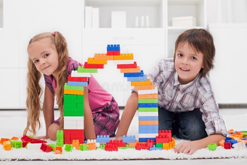 Ευτυχή παιδιά με τις ομάδες δεδομένων στοκ φωτογραφία με δικαίωμα ελεύθερης χρήσης