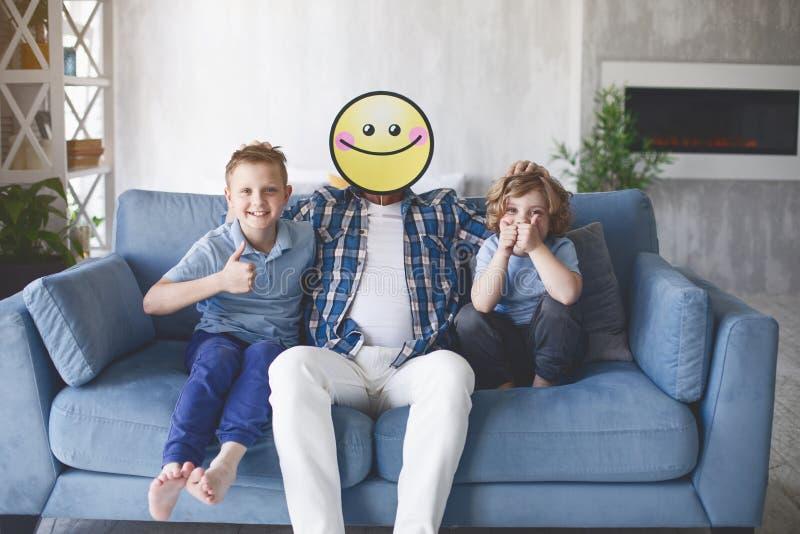 Ευτυχή παιδιά με το χαμογελώντας μπαμπά στοκ εικόνες