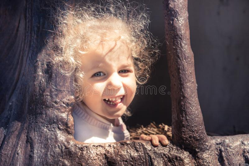 Ευτυχή παιδιά που έχουν τον ξένοιαστο τρόπο ζωής παιδικής ηλικίας διασκέδασης στοκ φωτογραφία