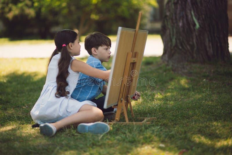 Ευτυχή παιδιά που μελετούν έξω στοκ φωτογραφία με δικαίωμα ελεύθερης χρήσης