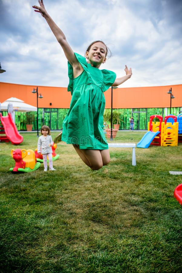 Ευτυχή παιδιά που παίζουν στην παιδική χαρά στοκ φωτογραφίες με δικαίωμα ελεύθερης χρήσης