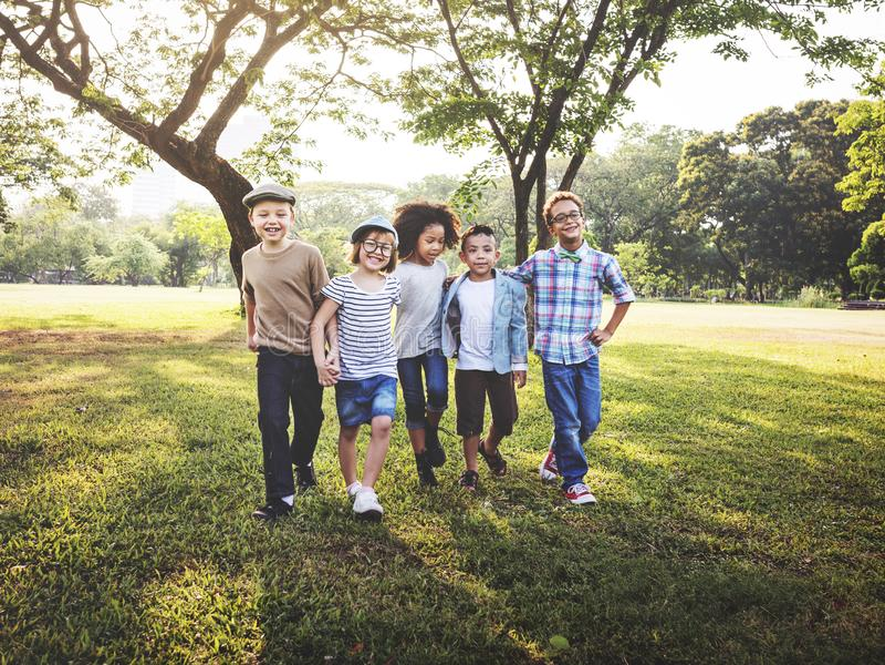 Ευτυχή παιδιά στο πάρκο στοκ εικόνα