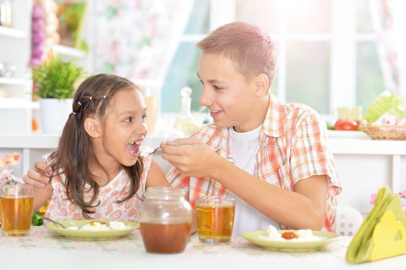 Ευτυχή παιδιά που έχουν το πρόγευμα στοκ εικόνα