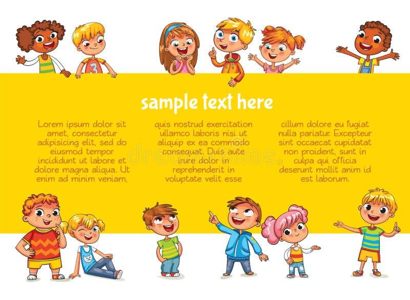 Ευτυχή παιδιά που κρατούν την αφίσα Έτοιμος για το μήνυμά σας ελεύθερη απεικόνιση δικαιώματος