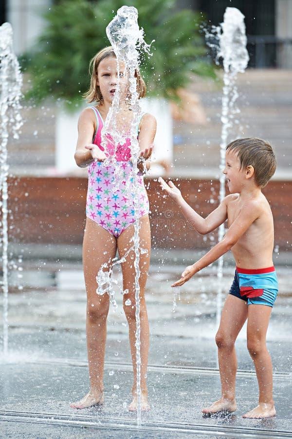 Ευτυχή παιδιά που παίζουν σε μια πηγή στοκ φωτογραφία με δικαίωμα ελεύθερης χρήσης