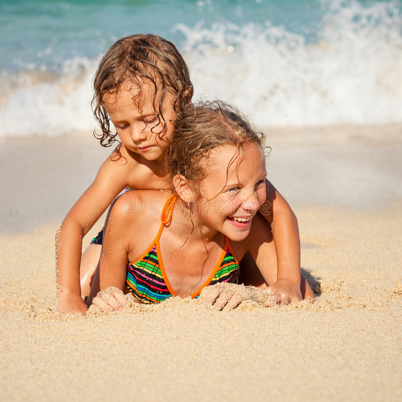 Ευτυχή παιδιά που παίζουν στην παραλία στοκ εικόνα με δικαίωμα ελεύθερης χρήσης