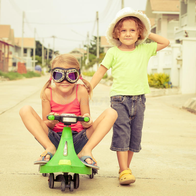 Ευτυχή παιδιά που παίζουν στο δρόμο στοκ φωτογραφίες με δικαίωμα ελεύθερης χρήσης