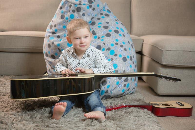 Ευτυχή παιδιά που παίζουν την κιθάρα στοκ φωτογραφίες με δικαίωμα ελεύθερης χρήσης