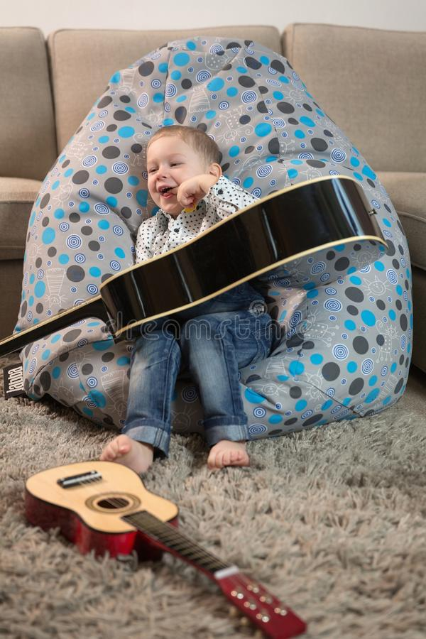 Ευτυχή παιδιά που παίζουν την κιθάρα στοκ φωτογραφία με δικαίωμα ελεύθερης χρήσης