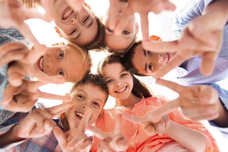Ευτυχή παιδιά που παρουσιάζουν σημάδι χεριών ειρήνης στοκ φωτογραφίες