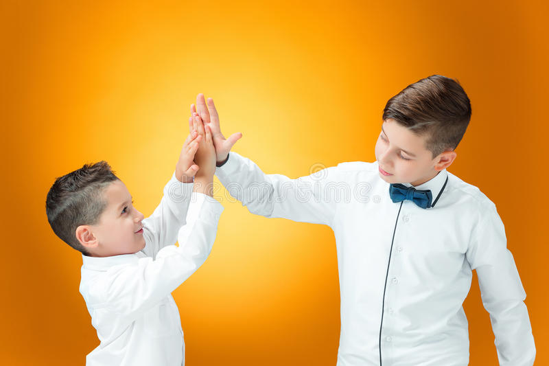Ευτυχή παιδιά που συγχαίρουν από τους φοίνικες με τη νίκη στοκ εικόνες