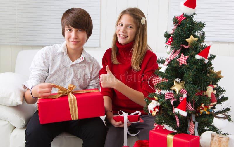 Ευτυχή παιδιά στα Χριστούγεννα με το χριστουγεννιάτικο δέντρο στοκ εικόνα με δικαίωμα ελεύθερης χρήσης
