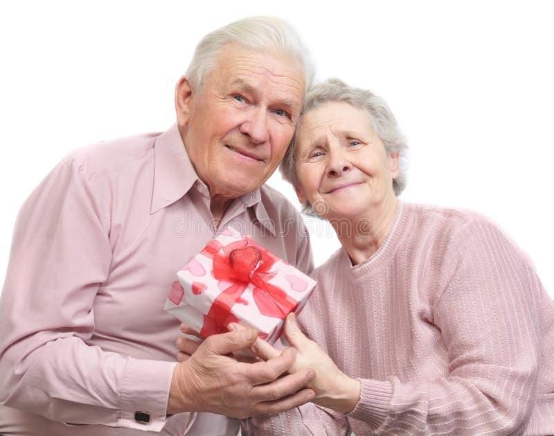 Ευτυχή παλαιά ζεύγος και κιβώτιο με το δώρο στοκ φωτογραφία