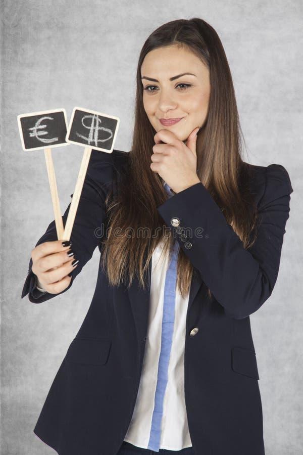 Ευτυχή σύμβολα νομίσματος εκμετάλλευσης επιχειρησιακών γυναικών στοκ φωτογραφία με δικαίωμα ελεύθερης χρήσης