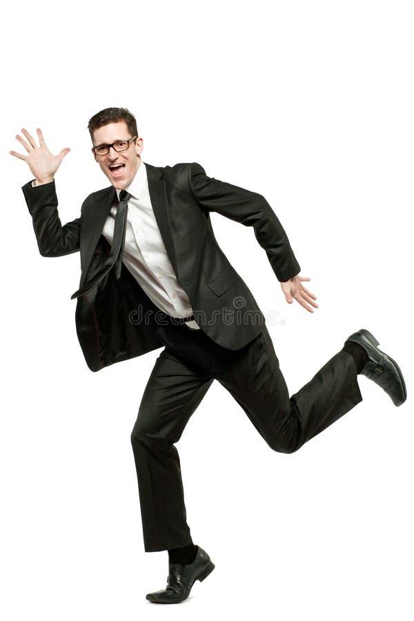 Ευτυχή τρεξίματα επιχειρηματιών στο μαύρο κοστούμι στο λευκό. στοκ φωτογραφία με δικαίωμα ελεύθερης χρήσης