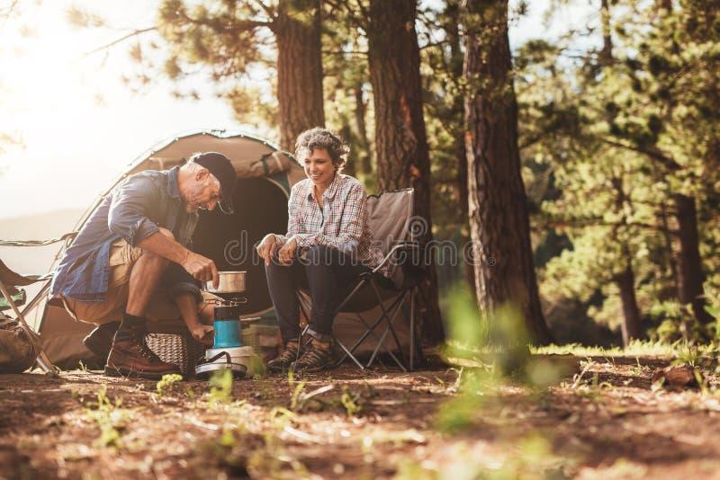 Ευτυχή τροχόσπιτα που κατασκευάζουν τον καφέ στην αγριότητα στοκ φωτογραφία