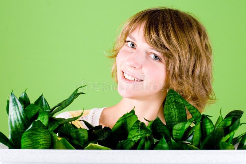 ευτυχή φυτά κοριτσιών στοκ εικόνα με δικαίωμα ελεύθερης χρήσης
