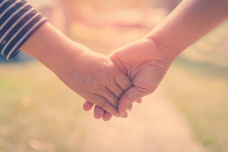 Ευτυχή χέρια εκμετάλλευσης ζευγών μαζί ως για πάντα αγάπη στο βαλεντίνο στοκ φωτογραφίες με δικαίωμα ελεύθερης χρήσης