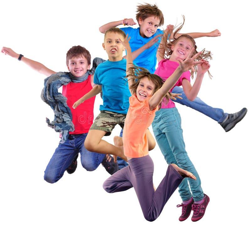 Ευτυχή χορεύοντας πηδώντας παιδιά που απομονώνονται πέρα από το άσπρο υπόβαθρο στοκ φωτογραφίες με δικαίωμα ελεύθερης χρήσης