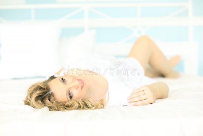 Ευτυχή όνειρα εγκύων γυναικών να βρεθεί στο κρεβάτι στοκ φωτογραφίες