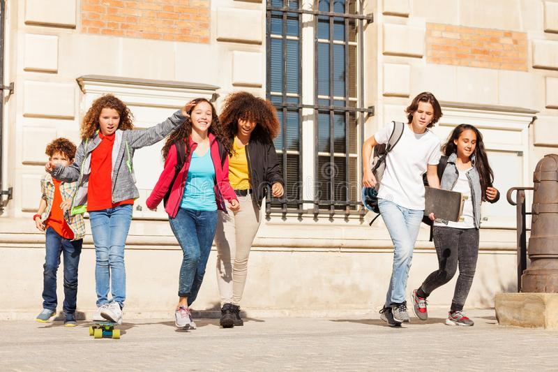 Ευτυχή teens που έχουν τη διασκέδαση στην πανεπιστημιούπολη κολλεγίων στοκ φωτογραφίες με δικαίωμα ελεύθερης χρήσης