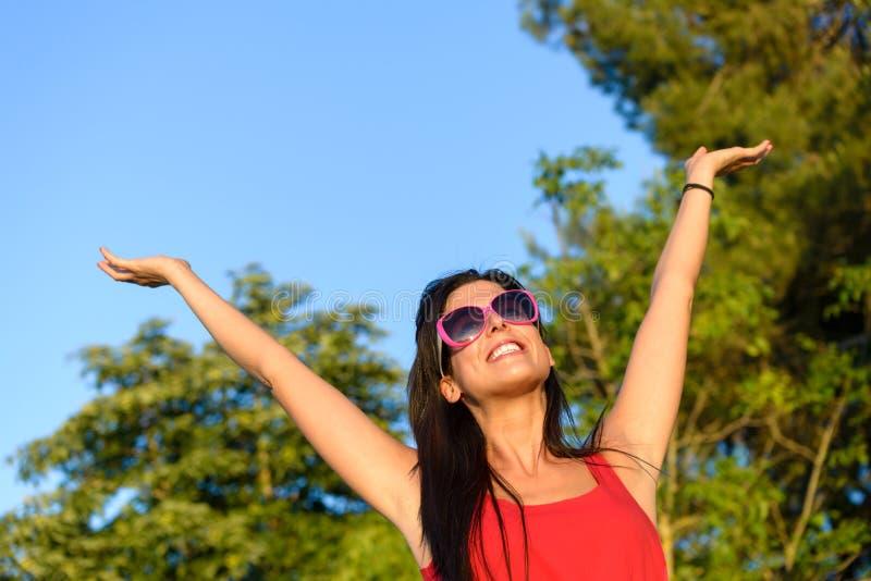 Ευτυχία γυναικών το καλοκαίρι φύσης στοκ εικόνα με δικαίωμα ελεύθερης χρήσης
