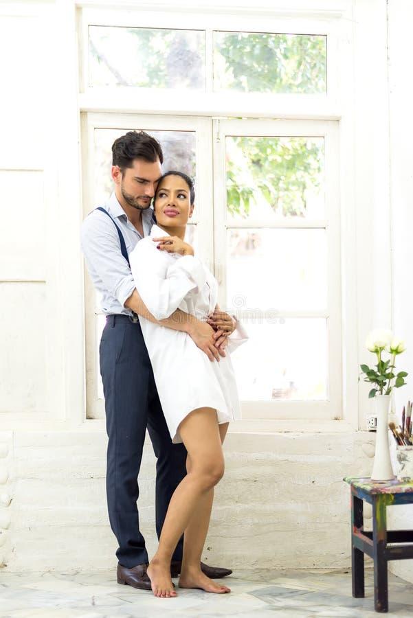 Ευτυχία και ρομαντική σκηνή των ασιατικών συνεργατών ζευγών αγάπης που κάνουν τη οπτική επαφή στοκ εικόνες με δικαίωμα ελεύθερης χρήσης