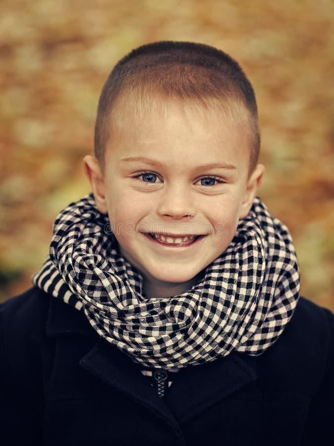 Ευτυχία παιδιών ` s Παιδί στο μαντίλι και το παλτό στοκ εικόνες