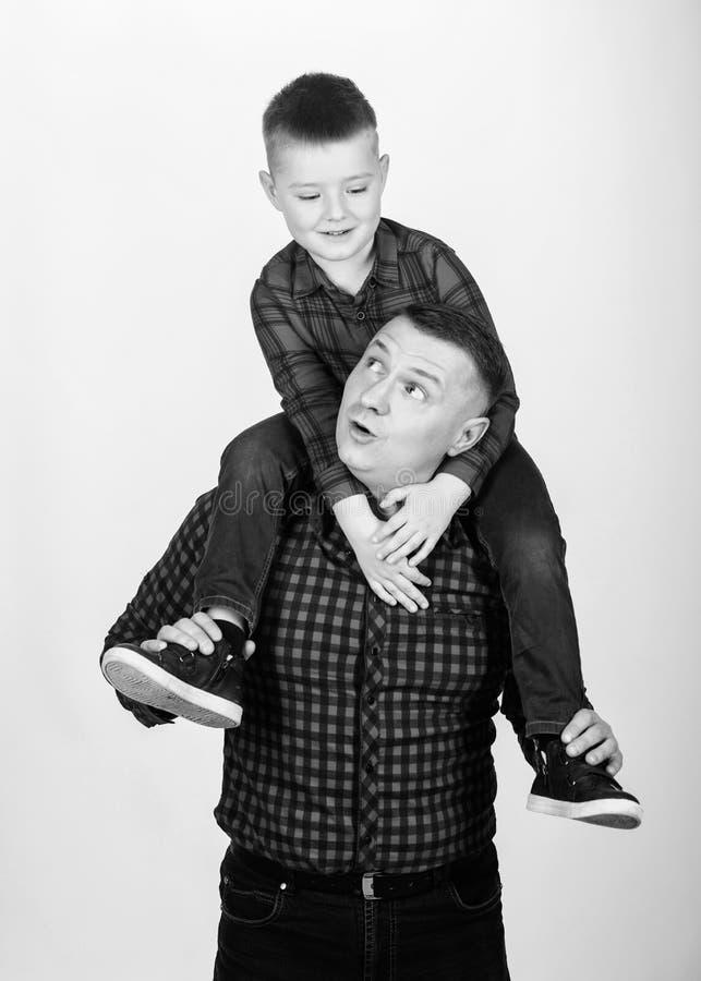 Ευτυχία που είναι πατέρας του αγοριού Έννοια πατρότητας r Παράδειγμα πατέρων του ευγενούς ανθρώπου Δροσεροί τύποι Πατέρας λίγα στοκ εικόνα
