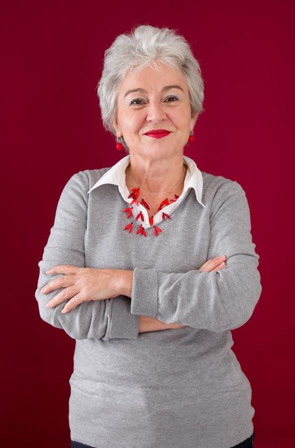 Ευτυχία σε κάθε φάση ζωής - ηλικιωμένη ελκυστική γυναίκα στοκ εικόνες με δικαίωμα ελεύθερης χρήσης