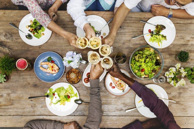 Ευτυχία φίλων που απολαμβάνει Dinning που τρώει την έννοια στοκ φωτογραφίες με δικαίωμα ελεύθερης χρήσης