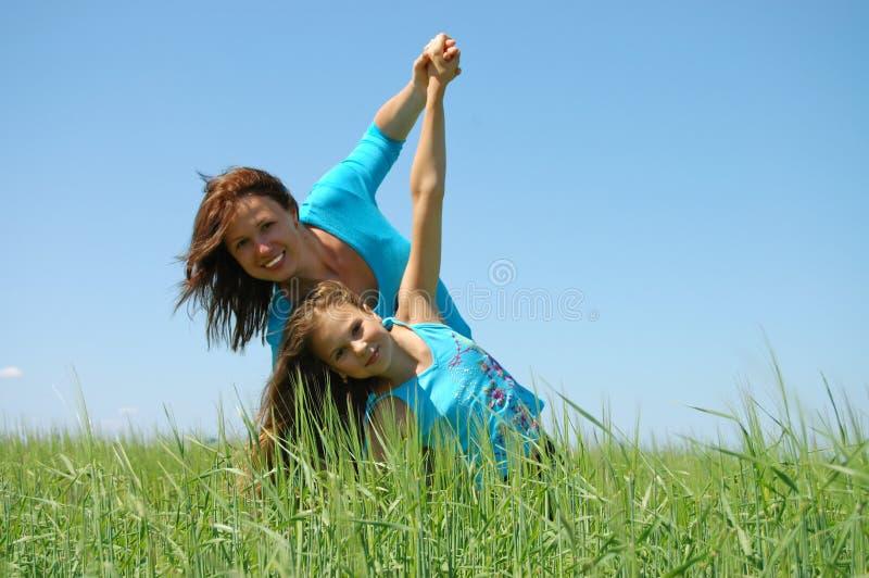 ευτυχία φιλίας κορών mum στοκ φωτογραφία με δικαίωμα ελεύθερης χρήσης