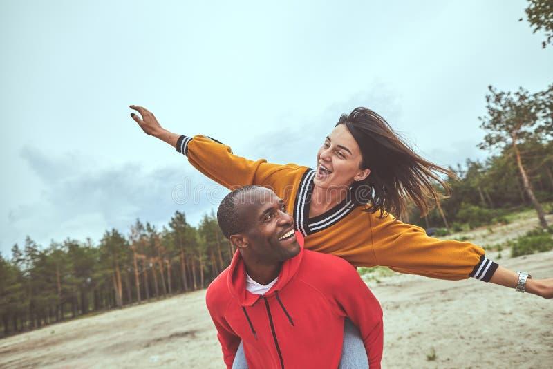 Ευτυχείς άνδρας και γυναίκα που έχουν τη διασκέδαση από κοινού στοκ φωτογραφία