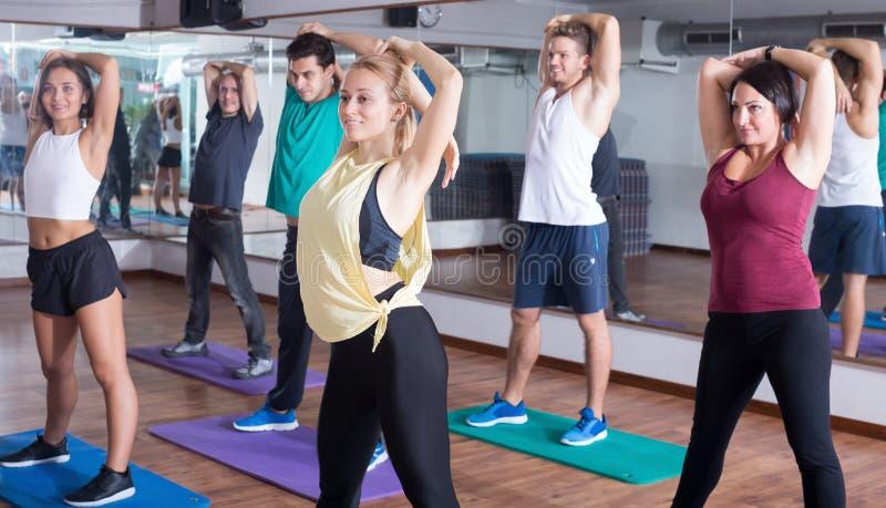 Ευτυχείς άνθρωποι που μελετούν τα στοιχεία zumba στη χορεύοντας κατηγορία στοκ φωτογραφία