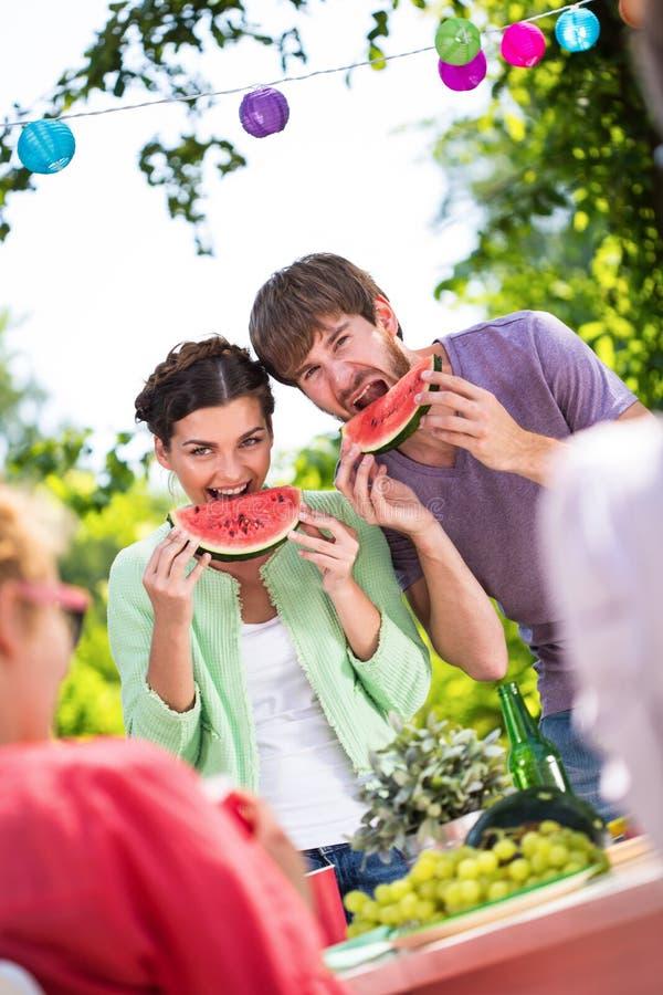 Ευτυχείς άνθρωποι που τρώνε το καρπούζι στοκ φωτογραφία με δικαίωμα ελεύθερης χρήσης