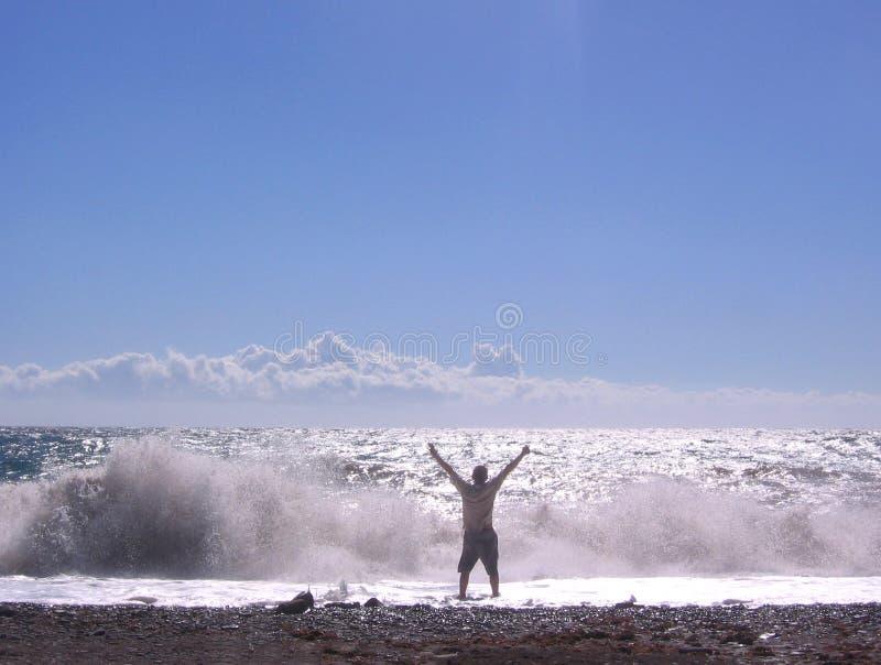 Ευτυχείς άνθρωποι στη μεγάλη κυματωγή υποβάθρου τα ωκεάνια κύματα παραλιών στην ακτή με το σαφές θαλάσσιο νερό στοκ φωτογραφία με δικαίωμα ελεύθερης χρήσης