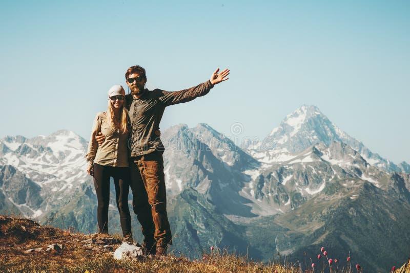 Ευτυχείς άνδρας και γυναίκα ζεύγους που αγκαλιάζουν απολαμβάνοντας το τοπίο βουνών στοκ φωτογραφίες με δικαίωμα ελεύθερης χρήσης
